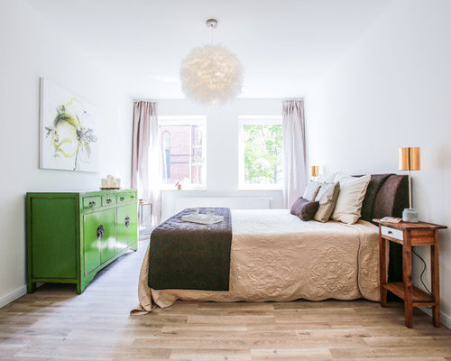 Landhaus Gästezimmer Ohne Kamin Mit Weißer Wandfarbe Und Hellem Holzboden  In Hannover