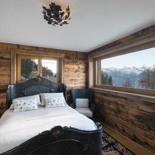 Mittelgroßes Uriges Hauptschlafzimmer ohne Kamin mit brauner Wandfarbe, braunem Holzboden und braunem Boden in Frankfurt am Main