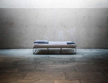 ION - das minimalistische Metallbett im Industriedesign aus Berlin.