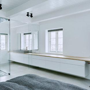 Aménagement d'une grand chambre contemporaine avec un mur blanc et aucune cheminée.