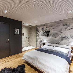 Esempio di una camera degli ospiti stile shabby di medie dimensioni con pareti nere, pavimento in legno massello medio e pavimento marrone