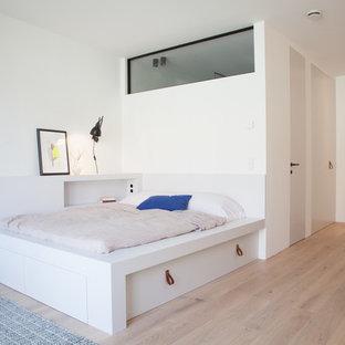 Mittelgroßes Modernes Schlafzimmer im Loft-Style, ohne Kamin mit weißer Wandfarbe, braunem Holzboden und braunem Boden in Berlin