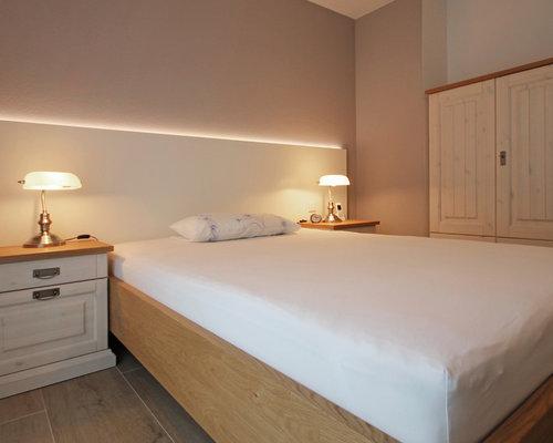 Camera da letto con pavimento con piastrelle in ceramica monaco di
