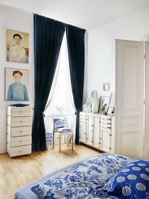 Mittelgroßes Eklektisches Hauptschlafzimmer Ohne Kamin Mit Weißer Wandfarbe,  Hellem Holzboden Und Beigem Boden In Berlin