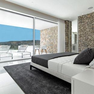 Diseño de dormitorio principal, contemporáneo, grande, con suelo blanco