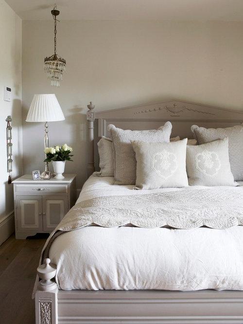 Gut Landhausstil Hauptschlafzimmer Mit Dunklem Holzboden Und Grauer Wandfarbe  In Sonstige