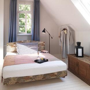 ベルリンの小さいカントリー調のゲスト用寝室の画像 (白い壁、淡色無垢フローリング、暖炉なし)