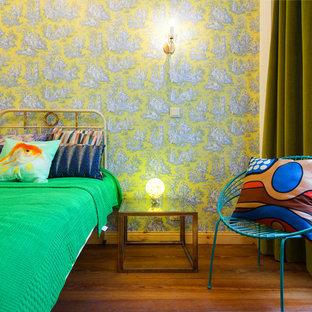 Mittelgroßes Stilmix Gästezimmer mit grüner Wandfarbe und dunklem Holzboden in Berlin