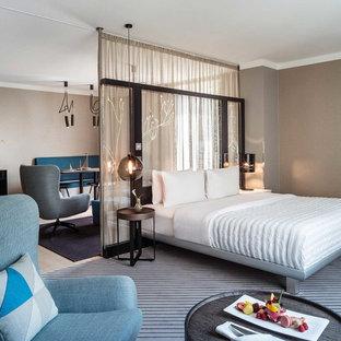 Mittelgroßes Modernes Schlafzimmer ohne Kamin, im Loft-Style mit brauner Wandfarbe, Teppichboden und grauem Boden in Hamburg