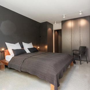 Foto di una camera matrimoniale minimalista di medie dimensioni con pareti multicolore, moquette e pavimento beige