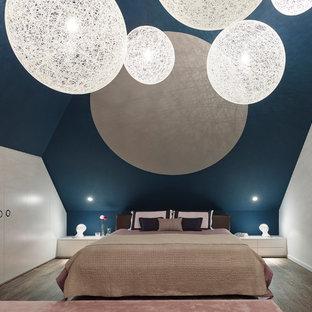 Diseño de dormitorio principal, actual, grande, sin chimenea, con suelo de madera oscura y paredes azules