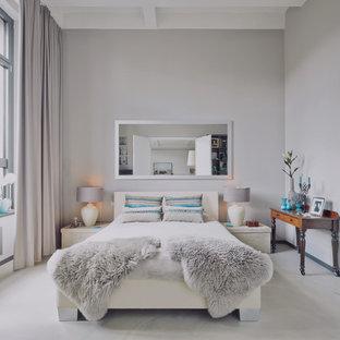 Mittelgroßes Modernes Hauptschlafzimmer ohne Kamin mit grauer Wandfarbe, grauem Boden und Betonboden in Berlin