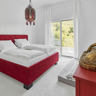 Imagen de dormitorio principal, moderno, sin chimenea, con paredes blancas, moqueta y suelo blanco