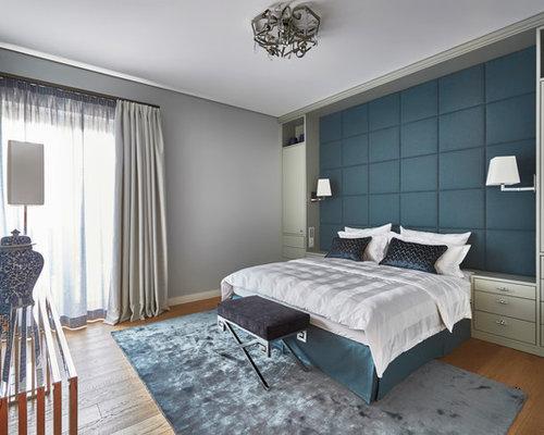 Großes Modernes Hauptschlafzimmer Ohne Kamin Mit Grauer Wandfarbe, Braunem  Holzboden Und Braunem Boden In Berlin