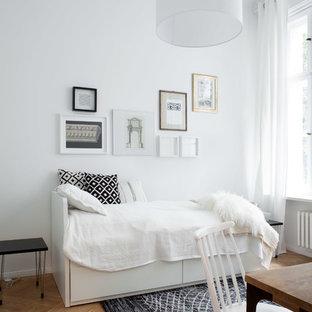 Diseño de dormitorio escandinavo, pequeño, sin chimenea, con paredes blancas, suelo de madera clara y suelo beige