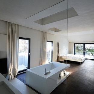 Geräumiges Modernes Hauptschlafzimmer ohne Kamin mit weißer Wandfarbe, braunem Holzboden und braunem Boden in Stuttgart