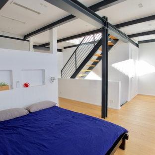 Foto de dormitorio tipo loft, moderno, grande, con paredes blancas, suelo de madera clara y suelo amarillo