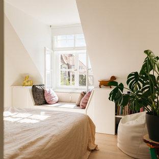 Immagine di una camera matrimoniale nordica di medie dimensioni con pareti bianche, nessun camino, pavimento marrone e pavimento in legno verniciato