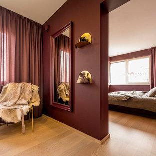 Idee per una camera da letto minimal con pareti rosse, parquet chiaro e pavimento beige