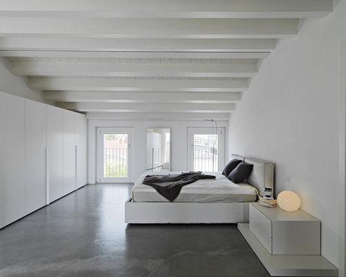Fesselnd Mittelgroßes Modernes Hauptschlafzimmer Mit Weißer Wandfarbe Und Betonboden