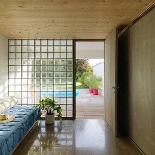 Imagen de habitación de invitados contemporánea, pequeña, con paredes blancas