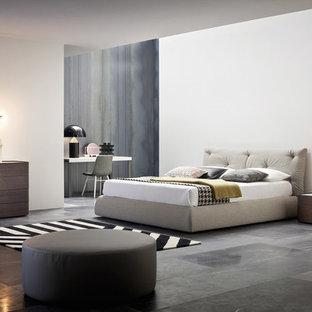 Idéer för mellanstora funkis huvudsovrum, med vita väggar, grått golv, marmorgolv och en spiselkrans i betong