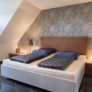 Mittelgroßes Modernes Schlafzimmer ohne Kamin mit schwarzem Boden und grauer Wandfarbe in Nürnberg