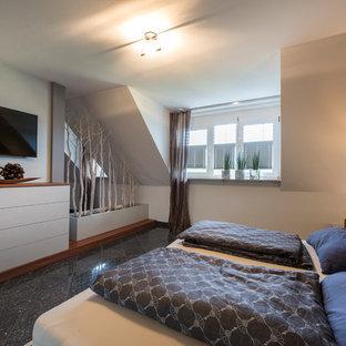 Mittelgroßes Modernes Schlafzimmer ohne Kamin mit weißer Wandfarbe und schwarzem Boden in Nürnberg