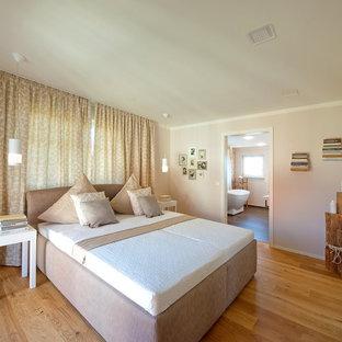 Großes Modernes Hauptschlafzimmer ohne Kamin mit brauner Wandfarbe, braunem Holzboden und braunem Boden in München