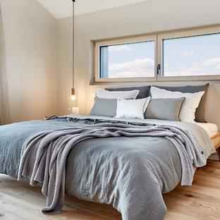 Mittelgroßes Modernes Hauptschlafzimmer ohne Kamin mit grauer Wandfarbe, hellem Holzboden und beigem Boden in Sonstige