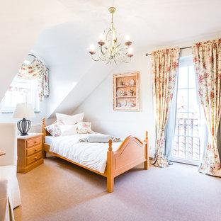 Fantastisch Mittelgroßes Landhaus Schlafzimmer Mit Weißer Wandfarbe Und Teppichboden In  Sonstige