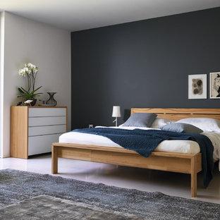Mittelgroßes Modernes Hauptschlafzimmer ohne Kamin mit grauem Boden, Betonboden und schwarzer Wandfarbe in Hannover