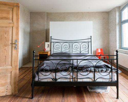 Mittelgroßes Modernes Gästezimmer Ohne Kamin Mit Braunem Holzboden Und  Grauer Wandfarbe In Berlin
