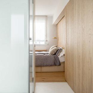 Diseño de dormitorio principal, mediterráneo, de tamaño medio, con suelo de madera clara, marco de chimenea de madera, suelo marrón, paredes marrones y chimenea de esquina