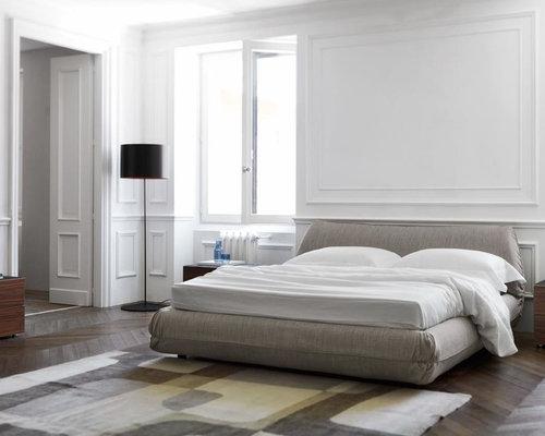 Großes Modernes Hauptschlafzimmer Ohne Kamin Mit Weißer Wandfarbe Und  Dunklem Holzboden In Frankfurt Am Main