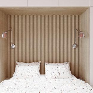 Ejemplo de dormitorio principal, papel pintado y panelado, contemporáneo, de tamaño medio, panelado, con suelo de madera clara, papel pintado y panelado