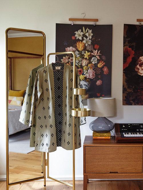 Retro Schlafzimmer Mit Weißer Wandfarbe, Hellem Holzboden Und Braunem Boden