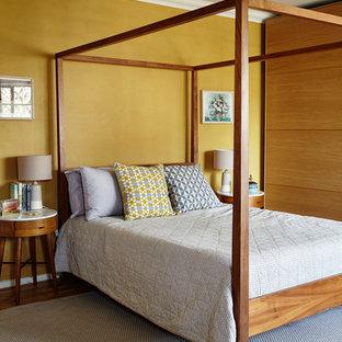 他の地域の中サイズのコンテンポラリースタイルのおしゃれな寝室 (無垢フローリング、茶色い床)