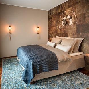 Kleines Modernes Gästezimmer ohne Kamin mit braunem Holzboden, brauner Wandfarbe und braunem Boden in Berlin