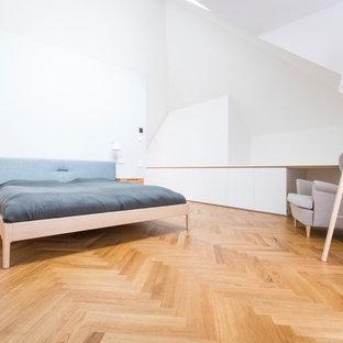 Diseño de dormitorio principal, nórdico, grande, sin chimenea, con paredes blancas, suelo de madera en tonos medios y suelo marrón