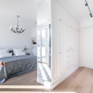 Klassisches Hauptschlafzimmer mit weißer Wandfarbe, hellem Holzboden und beigem Boden in Hamburg