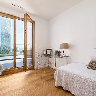 Mittelgroßes Modernes Gästezimmer ohne Kamin mit weißer Wandfarbe, braunem Holzboden und beigem Boden in München