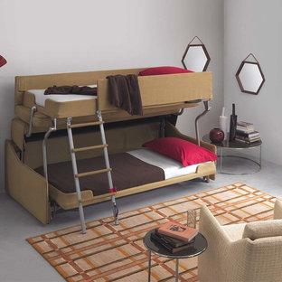 Modelo de habitación de invitados contemporánea, pequeña, sin chimenea, con paredes grises, suelo de cemento, marco de chimenea de hormigón y suelo gris