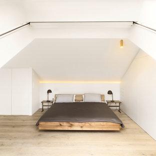 Ispirazione per una grande camera matrimoniale moderna con pareti bianche, parquet chiaro e nessun camino