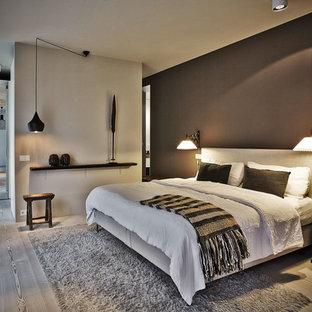 Réalisation d'une chambre nordique avec un sol en bois peint et un mur gris.