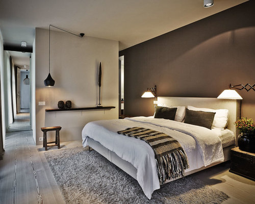 Nordisches Schlafzimmer Mit Gebeiztem Holzboden Und Grauer Wandfarbe In  Berlin