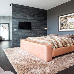 Großes Modernes Hauptschlafzimmer Ohne Kamin Mit Grauer Wandfarbe Dunklem Holzboden Und Braunem Boden In Dortmund
