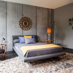 Großes Retro Hauptschlafzimmer ohne Kamin mit grauer Wandfarbe, dunklem Holzboden und braunem Boden in Dortmund