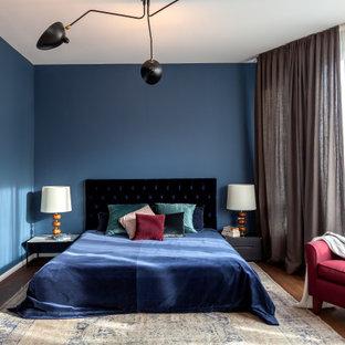 ベルリンの中くらいのコンテンポラリースタイルのおしゃれな主寝室 (青い壁、茶色い床) のレイアウト