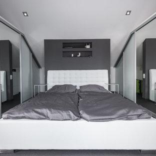 Mittelgroßes Modernes Hauptschlafzimmer mit weißer Wandfarbe, Teppichboden und grauem Boden in Stuttgart